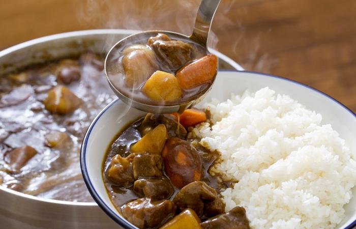 鍋からすくう美味しそうなカレー